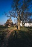 Hölzerne Kirche und Schatten einer Person Stockfotos