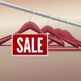 Hölzerne Kleiderbügel mit Verkaufsaufkleber Lizenzfreies Stockbild