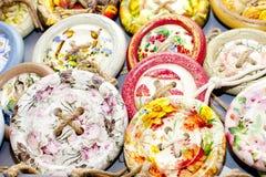Hölzerne Knöpfe mit einem dekorativen Muster Stockfotos