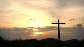 Hölzerne Kreuz- oder Religionssymbolbegrifflichform über einem Sonnenunterganghimmel mit Wolkenhintergrund für Gott stock video footage