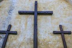Hölzerne Kreuze außerhalb der Kirche Stockfotos