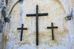 Hölzerne Kreuze außerhalb der Kirche Lizenzfreie Stockfotos