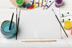 Hölzerne Kunstpalette mit Rohren von Ölfarben und von Bürste Kunst- und Handwerkswerkzeuge Künstler ` s Bürste, Segeltuch, Palett Lizenzfreie Stockfotografie