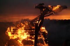 Hölzerne Kunststruktur brennt mit Funken nachts Lizenzfreies Stockfoto