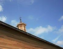 Hölzerne Kuppel auf alter Scheune mit Weathervane auf die Oberseite Stockfoto