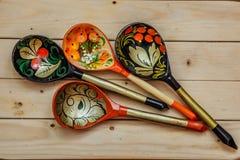 Hölzerne Löffel mit Blumenverzierung in traditioneller Volksrusse Khokhloma-Art auf Holztisch lizenzfreie stockfotografie