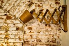 Hölzerne Lampe auf der Backsteinmauer Stockfotos