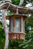Hölzerne Lampe, die altes Holz hängt. Stockbild