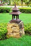 Hölzerne Lampe im Park Stockfotos