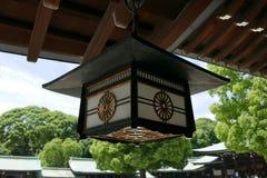 Hölzerne Lampe Japan-Tempels mit Himmel und grünem Baum Stockbild