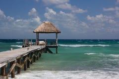Hölzerne Landung im karibischen Ozean lizenzfreies stockbild
