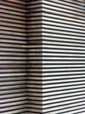 Hölzerne Latten-Außenwand und Garagentor stockbilder