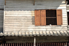 Hölzerne Latten Wand und Fenster auf altem Haus Lizenzfreie Stockfotografie