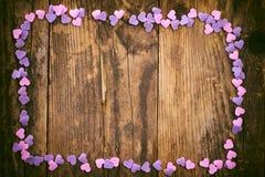 Hölzerne Latten werden durch die kleinen Herzen gestaltet. Lizenzfreies Stockfoto