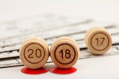Hölzerne Lottofässer mit Zahlen von 20 und von 18 ersetzen 17, wie neu Stockfoto