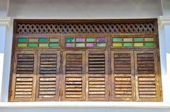 Hölzerne louvred Fensterläden stockfotografie