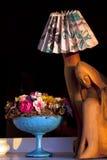 Hölzerne Madonna-Lampe mit Blumen Stockfoto