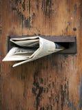 Hölzerne Mailbox mit Zeitung Stockfotos