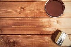 Hölzerne Malerei mit einer Bürstenbraunfarbe stockfoto