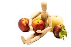 Hölzerne Mannmarionette mit Frucht Lizenzfreies Stockbild