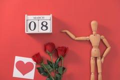 Hölzerne Mannzahl mit roten Blumen Konzept für Valentinsgruß ` s Tag Stockbild