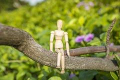 Hölzerne Marionette auf grünem Hintergrund Stockfotos