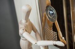 Hölzerne Marionette und inerphone mit Kamera - Konzeptsek lizenzfreies stockbild