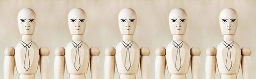 Hölzerne Marionetten als unpersönliches Büropersonal Lizenzfreies Stockbild