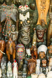 Hölzerne Masken - afrikanische ethnische Andenken, Marokko FEBRUAR 2014: Die Straßen von altem Prag Stockbilder
