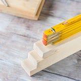 Hölzerne Materialien und gelber Bleistift des messenden Meters Stockfotos