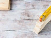 Hölzerne Materialien und gelber Bleistift des messenden Meters Lizenzfreie Stockfotografie
