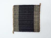 Hölzerne Matte hergestellt vom Papyrus auf weißem Hintergrund stockfoto