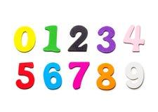Hölzerne mehrfarbige Zahlnahaufnahme, auf einem weißen Hintergrund Stockfotos