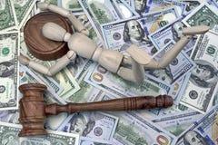 Hölzerne menschliche Figürchen auf dem soliden Block-und Bargeld-Hintergrund lizenzfreie stockfotos