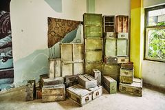 Hölzerne Militärkästen gestapelt in einem Haufen innerhalb eines verlassenen Gebäudes lizenzfreies stockbild