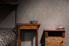 Hölzerne Nachttische mit Aluminium richtet nahe Eisenetagenbett herein an stockfotografie