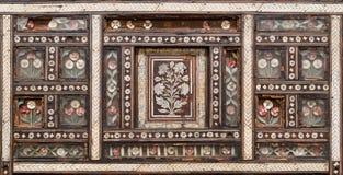 Hölzerne nahtlose Blumenmusterverzierungen auf altem Holzstuhl Stockfotos