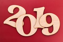 Hölzerne Nr. 2019 auf rotem Hintergrund lizenzfreie stockfotografie