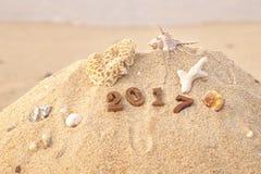 Hölzerne Nr. 2017 auf Strandhintergrundidee Stockfotos