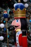 Hölzerne Nussknackerprinzstatue in den bunten Insignien von der Weihnachtsmärchengeschichte Lizenzfreie Stockbilder