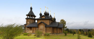Hölzerne orthodoxe Kirche Lizenzfreie Stockfotos