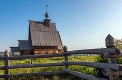 Hölzerne orthodoxe Kirche auf einem sonnigen Morgen Stockfotografie