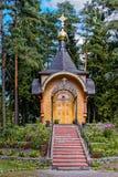 Hölzerne orthodoxe Kirche im Wald Stockfotografie