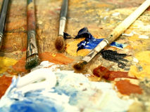 Hölzerne Palette mit Farben Lizenzfreie Stockfotos
