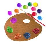 Hölzerne Palette mit Farbfarben und Bürste lokalisiert auf Weiß Lizenzfreies Stockfoto