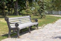 Hölzerne Parkbank an einem Park Lizenzfreie Stockfotografie