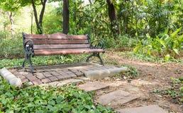 Hölzerne Parkbank im Garten stockfoto