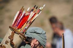 Hölzerne Pfeile im Fall ziehen an sich von einem Bogenschützen zurück Lizenzfreies Stockfoto