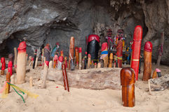 Hölzerne Phalli in Prinzessinhöhle. Railay. Thailand Stockfotografie
