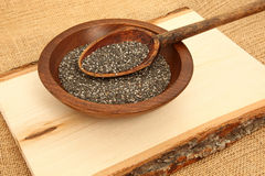 Hölzerne Planke Chia Seeds With Spoon Ons Stockfoto